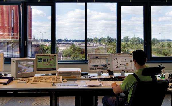 Blick vom Leitstand auf das Klärwerk Wansdorf (Foto: Z MEDIA)